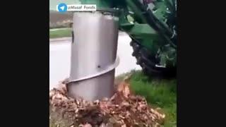 ماشینی که ریشه درختان قطع شده را  از زمین بیرون میکشد