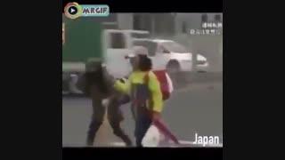 ژاپن_احترام به رانندگانی که پشت خط عابر پیاده توقف کرده اند!