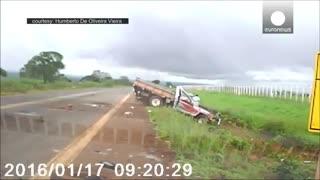 نجات معجزه آسای سرنشینان یک خودرو در برزیل