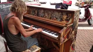 نواختن پیانو توسط یک کارتن خواب