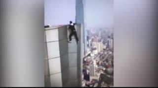 سقوط یک جوان از بالای برج در حین انجام حرکات نمایشی