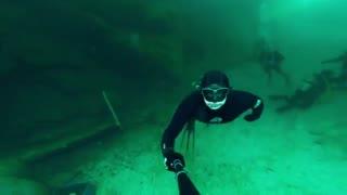 شنا در اعماق دریاچه منجمد