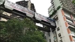 قطاری در چین که از درون ساختمان مسکونی عبور می کند