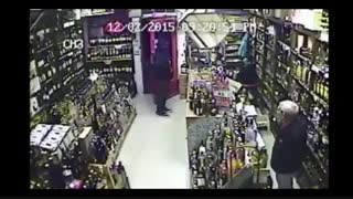 واکنش جالب مغازه دار به دزد مسلح !