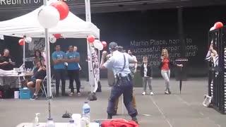 رقص پلیس استرالیایی با مرد بی خانمان در خیابان
