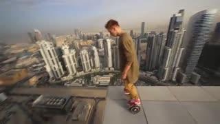 حرکات نمایشی خطرناک در لبه برج مرتفع