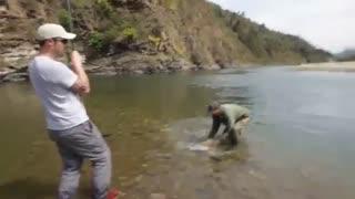 ماهیگیری با قلاب در رودخانه