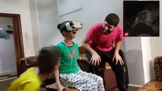 عکس العمل خنده دار دختر بچه به هدست واقعیت مجازی