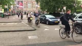 تعامل اجتماعی بین مردم در هنگام رانندگی و دوچرخه سواری