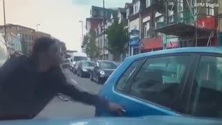 حمله دوچرخه سوار با چاقو به راننده ماشین متخلف در لندن