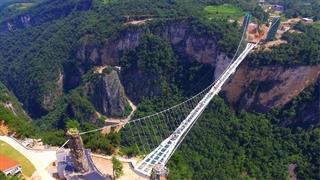 افتتاح طولانیترین پل شیشهای جهان در چین