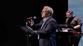 اشکهای مهران مدیری هنگام خواندن ترانه در کنسرتش
