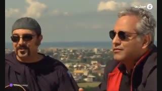سکانسی از آواز خواندن مهران مدیری در پل چوبی