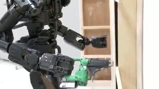 این ربات ژاپنی می تواند دیوار نصب کند
