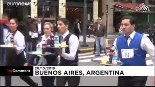 مسابقه دو پیشخدمتها در آرژانتین با سینیهای پر از نوشیدنی!